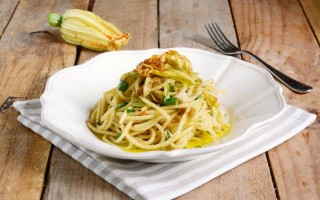Ricetta spaghetti con fiori di zucca, bottarga e lime