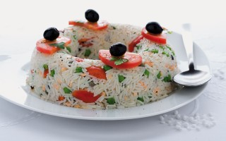 Ricetta ciambella di riso con salmone, olive e piselli