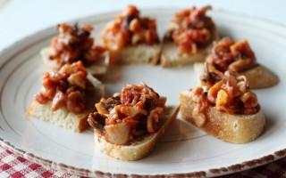 Ricetta crostini con calamaretti all'uvetta