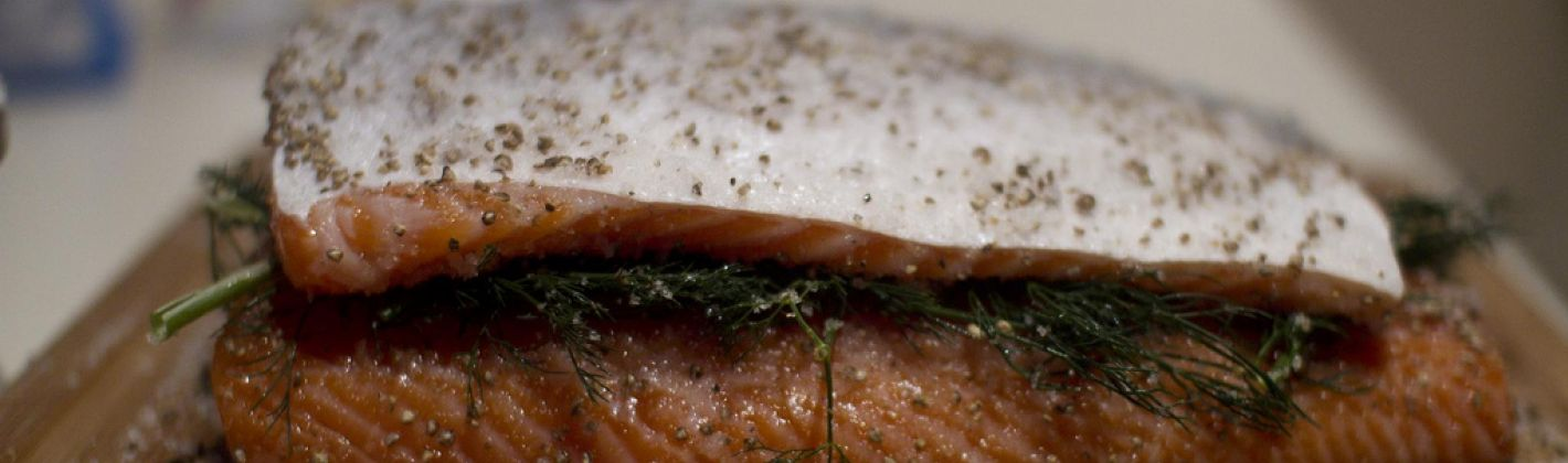Ricetta gravad lax (sandwich di salmone marinato)