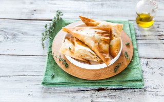 Ricetta fagottini di pasta fillo con pollo, mele e formaggio ...