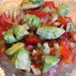 Insalata di pomodori, avocado e peperoni