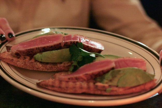 Ricetta bruschette di tonno marinato e avocado