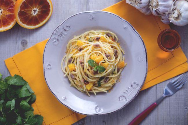 Ricetta spaghetti all'arancia con acciughe