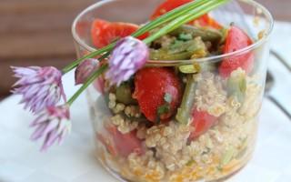 Ricetta quinoa, datterini e fagiolini con fiori di cipollina