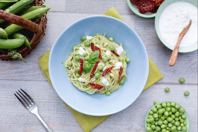 Ricetta spaghetti integrali con pesto di piselli, pomodori secchi e ...