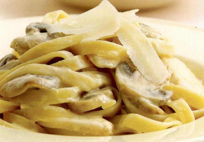 Fettuccine con pollo, panna e funghi