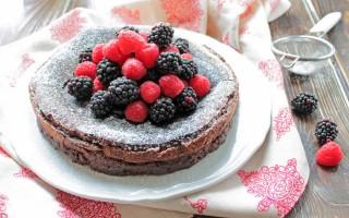 Ricetta torta al cioccolato fondente e frutti di bosco