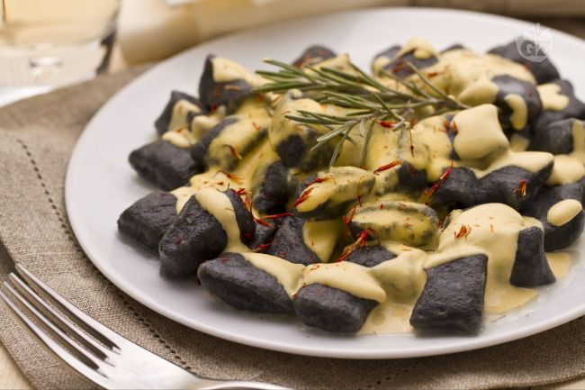 Ricetta gnocchetti al nero di seppia con salsa di spigola e zafferano ...