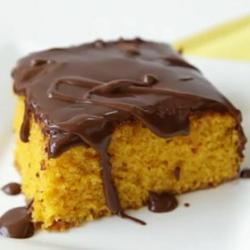 Torta alla carota ricoperta di cioccolato
