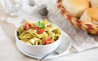 Ricetta pasta fredda con pomodorini, pesto e mozzarella ...