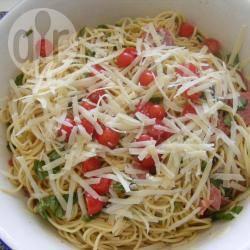 Insalata di spaghetti con basilico, pomodorini ciliegia e salame ...