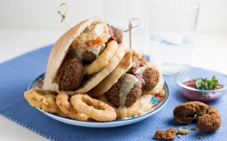 Ricetta panino con falafel, anelli di cipolla e pomodori fritti ...