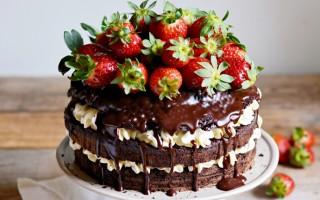 Ricetta torta alla vaniglia con fragole e cioccolato