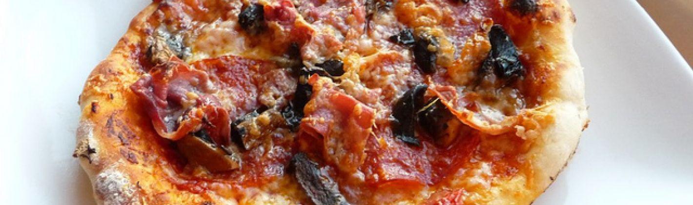 Ricetta pizza al salame, salsiccia, prosciutto e funghi