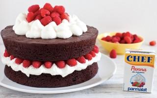 Ricetta torta di compleanno al cacao con panna montata e lamponi ...