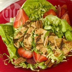 Insalata di pollo con frutta fresca e noci