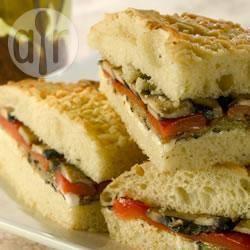 Focaccia ripiena mediterranea con verdure grigliate
