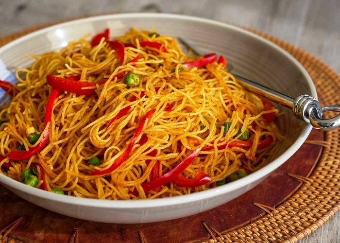 Spaghetti di riso al curry e peperoni