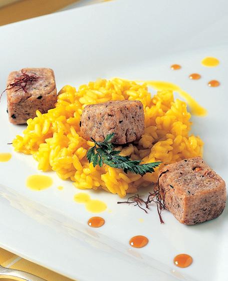 Riso allo zafferano e tartufo nero con cubi di gorgonzola fritti
