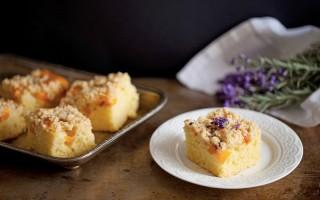 Ricetta crumb cake alle pesche e lavanda