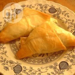 Triangolini di pasta fillo con feta e spinaci