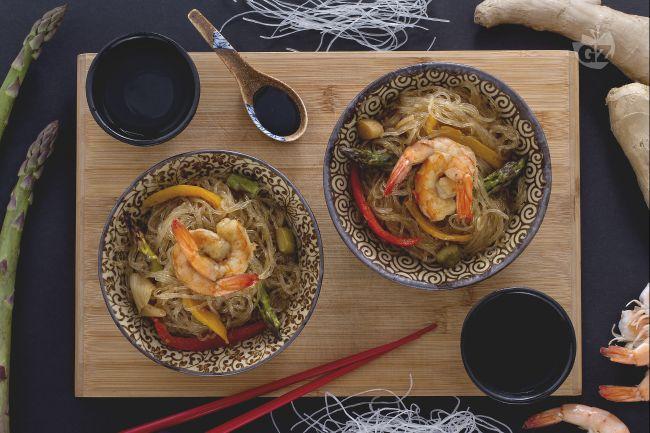 Ricetta spaghetti di soia con verdure e gamberi