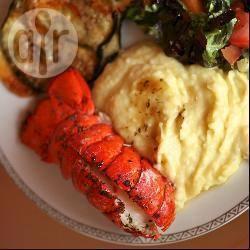 Code di aragosta e purè di patate con burro aromatizzato all'aglio ...