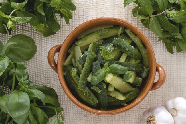 Ricetta insalata di zucchine alla menta e basilico