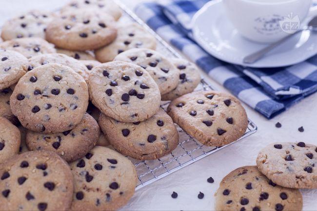 Ricetta cookies al latte condensato con nocciole e gocce di ...