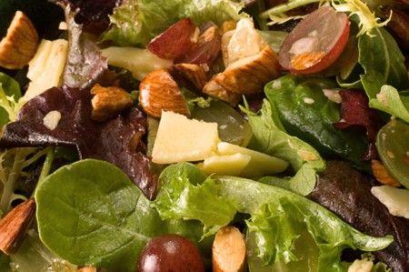 Ricetta insalata con uva e mandorle