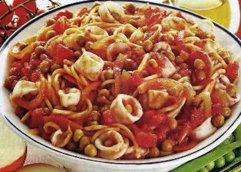 Spaghetti con piselli e calamari