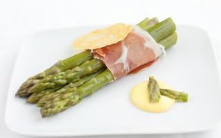 Ricetta asparagi e prosciutto crudo con salsa olandese e cialda di ...
