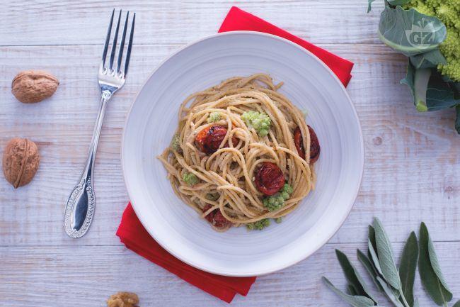 Ricetta spaghetti con pesto di salvia e noci