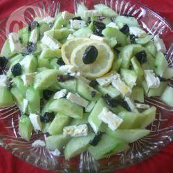 Insalata al profumo di limone, cetrioli, formaggio e olive