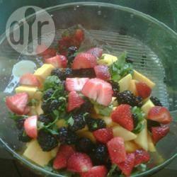 Macedonia di frutta con coriandolo e lime