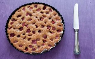 Ricetta torta morbida alle fragole e nocciole