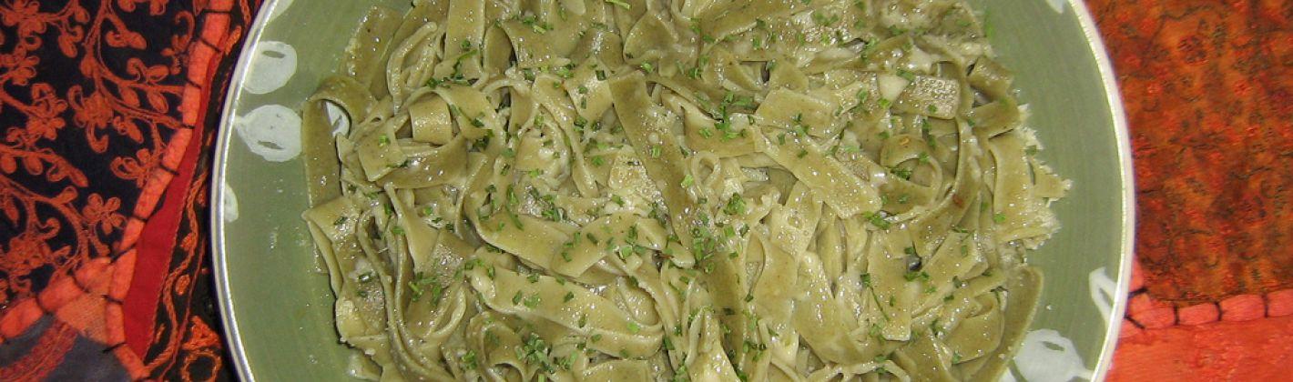 Ricetta tagliatelle con pistacchi e pesto di erbe aromatiche