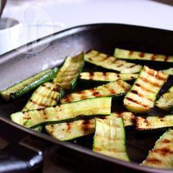 Zucchine grigliate con salsa al prezzemolo e aceto