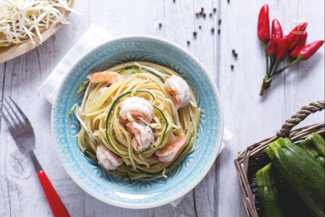 Ricetta spaghetti con gamberi, zucchine e germogli di soia