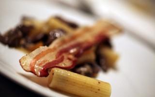 Ricetta rigatoni con fegatini di pollo e pancetta croccante ...