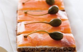 Ricetta tartine di salmone affumicato e petit suisse su pane nero ...