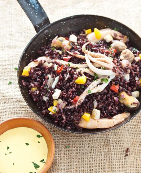Paella di riso venere con salsa allo zafferano