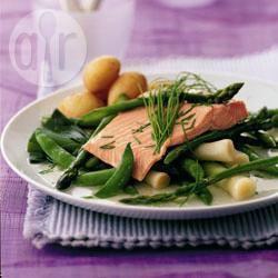 Salmone lesso con asparagi e taccole