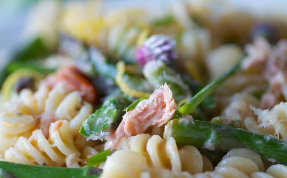 Eliche con asparagi e salmone