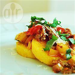 Polenta alla griglia con salsiccia e verdure
