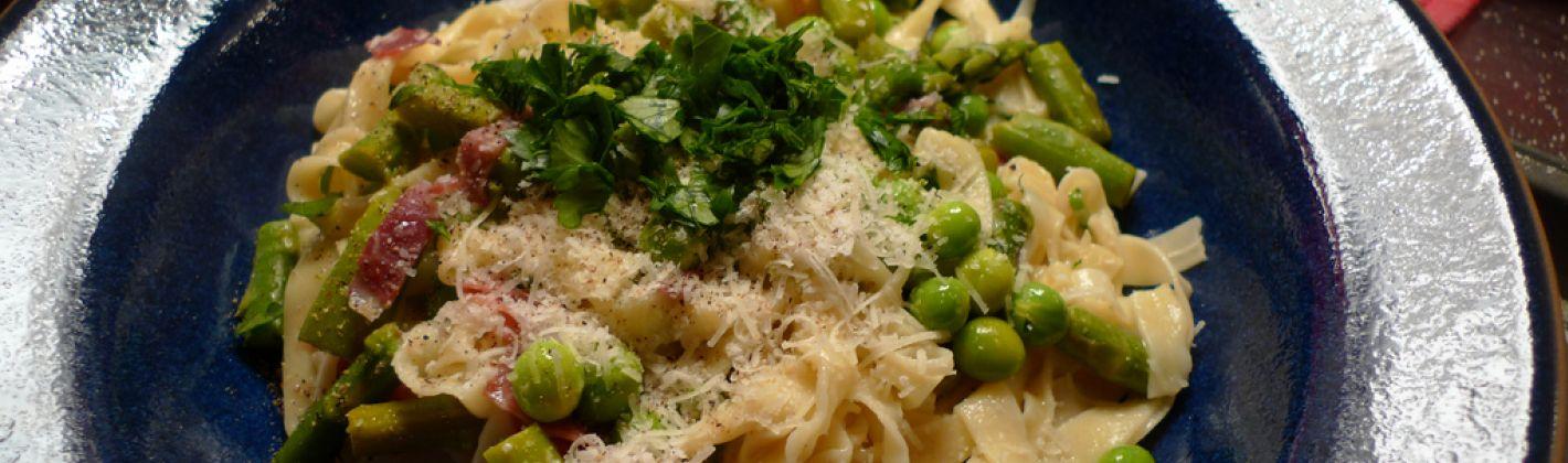 Ricetta fettuccine con asparagi, piselli e pancetta
