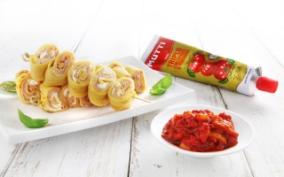 Ricetta spiedini di crepes e salsa ai peperoni