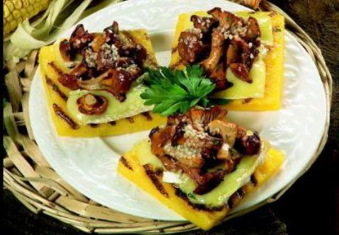 Crostoni di polenta con i finferli