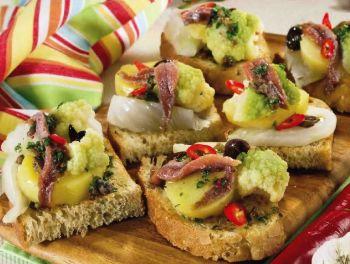 Bruschette saporite con verdure, acciughe e olive